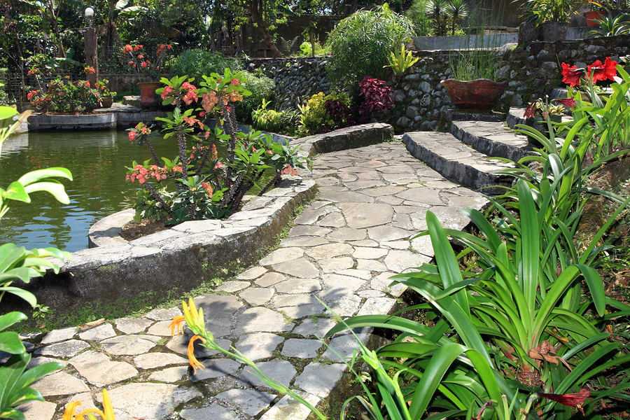 how to create an attractive yard that compliments your home